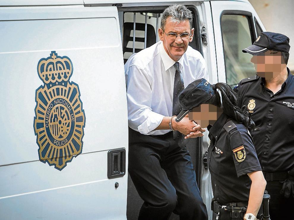 Antonio Losilla baja sonriente del furgón policial que le llevó ayer al Tribunal Superior.