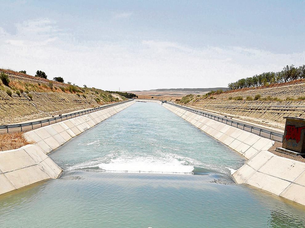 El canal de Monegros, a un kilómetro de su salida del embalse de La Sotonera.