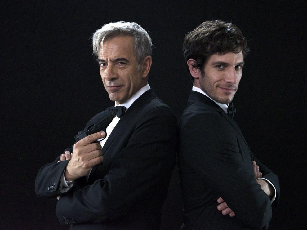 Imanol Arias y Quim Gutiérrez, en un fotograma de la película 'Anacleto, agente secreto'.