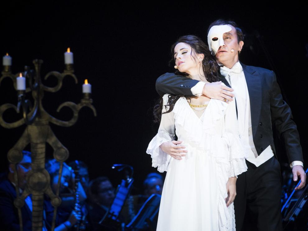 David Romero, en el papel del fantasma, y Talía del Val, como Christine, durante el pase gráfico de 'El fantasma de la ópera'