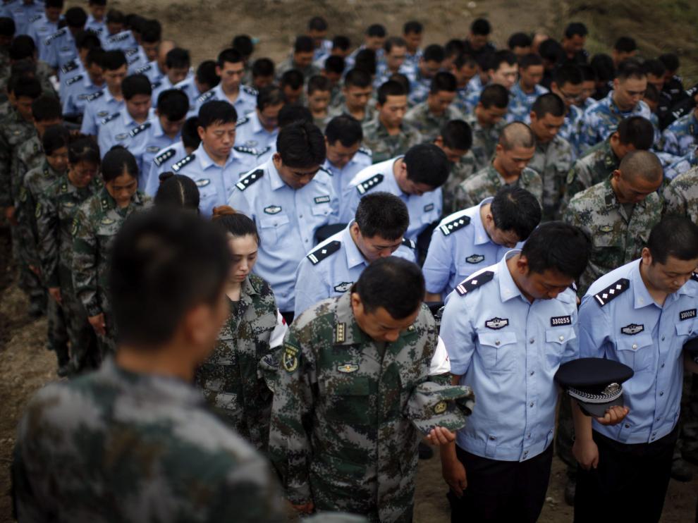 Soldados, policías y paramilitares asisten a un funeral por las víctimas de la explosión de Tianjin.