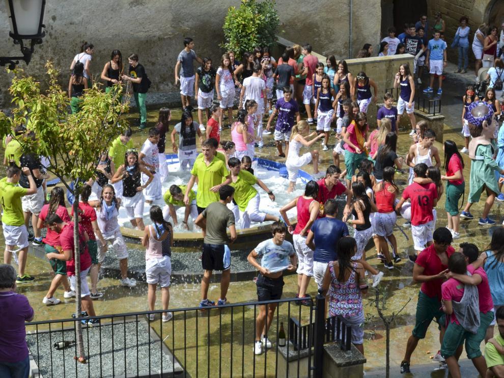 Ya casi es una tradición que tras el pregón los vecinos más jóvenes se bañen en la fuente.