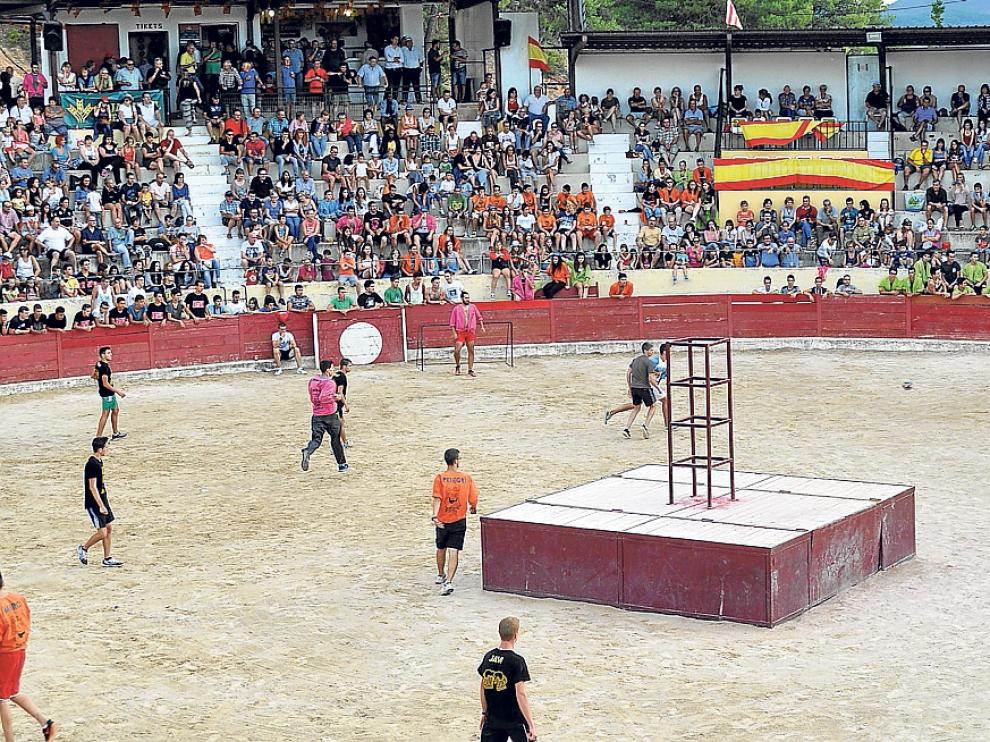 Los jóvenes de Valderrobres jugaron al fútbol con las vacas en la plaza de toros.