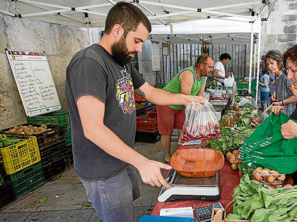 Puestos de agricultores ecológicos en la última Feria de la Huerta celebrada en Zaragoza.