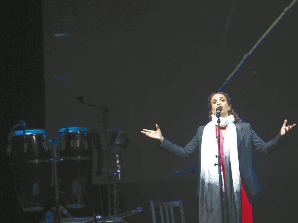 La cantante israelí Noa, durante una actuación en Pirineos Sur.