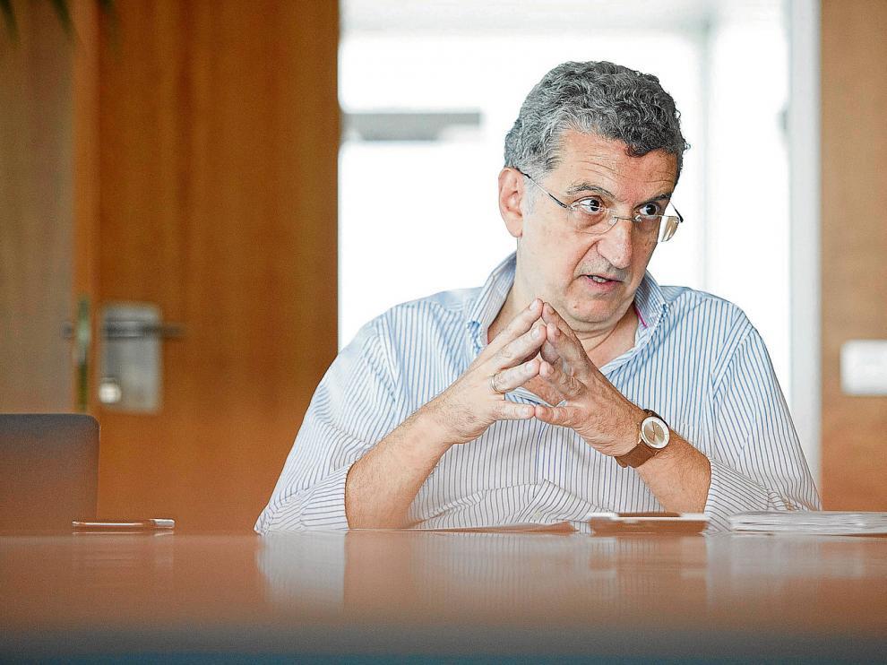 El consejero de Sanidad, el pasado viernes, en la sede del Departamento situado en la plaza de la Convivencia de Zaragoza.