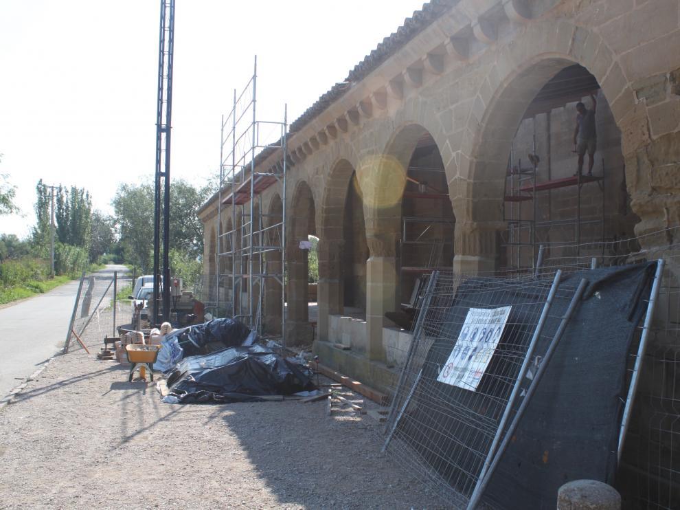 El porche de la ermita de Salas en obras.