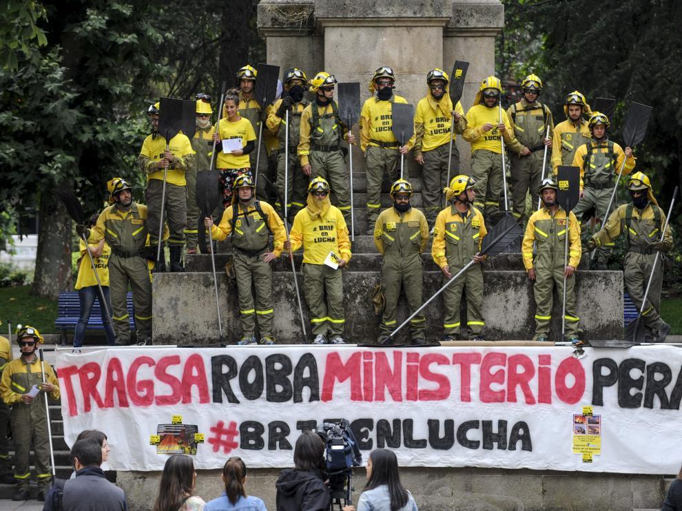 Trabajadores de la Brigada de Refuerzo de Incendios Forestales de Laza (Galicia) se manifestaron el pasado martes para exigir mejoras laborales.