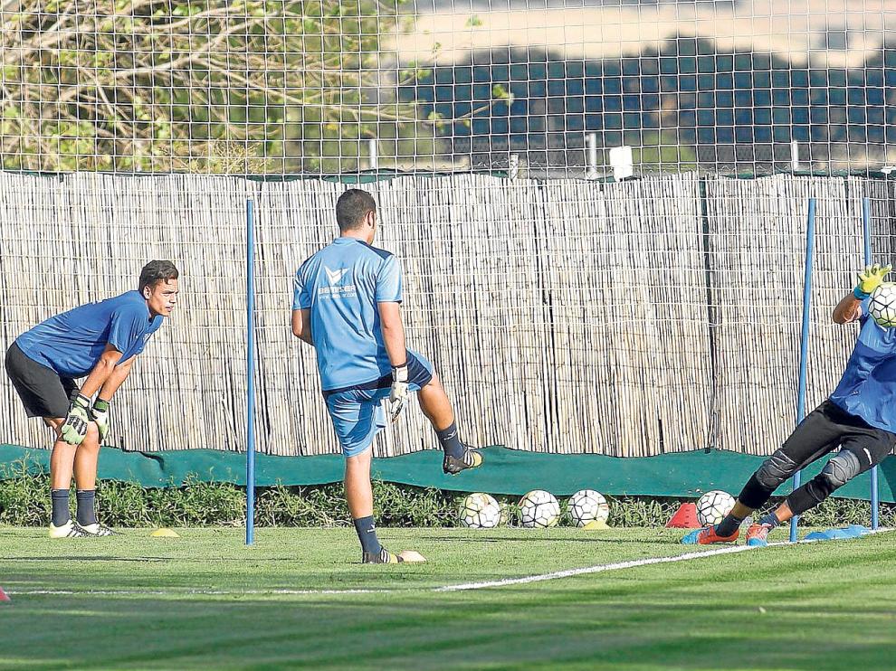 Adrián Mallén, entrenador de porteros, lanza un balón a Franco ante la mirada de los otros dos guardametas, Whalley y Zaparain.