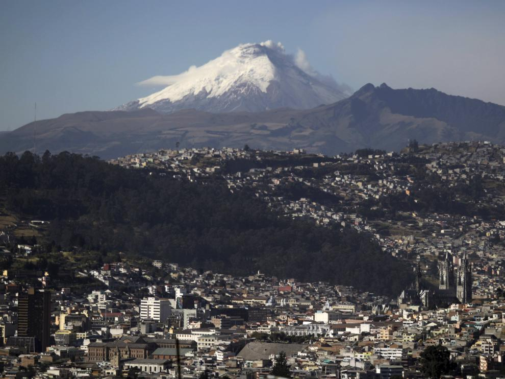El volcán Cotopaxi, visto desde Quito, capital ecuatoriana.