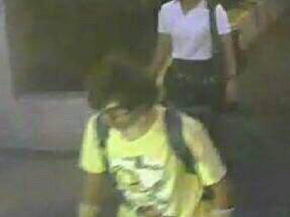 Las imágenes muestran a un hombre aparentemente joven que viste camiseta amarilla y porta una mochila a la espalda.
