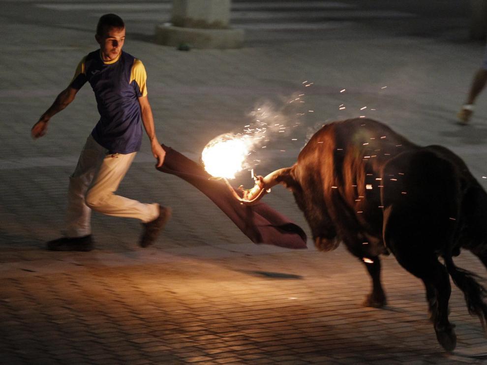 El toro embolado, en Meliana (Valencia), el pasado fin de semana.