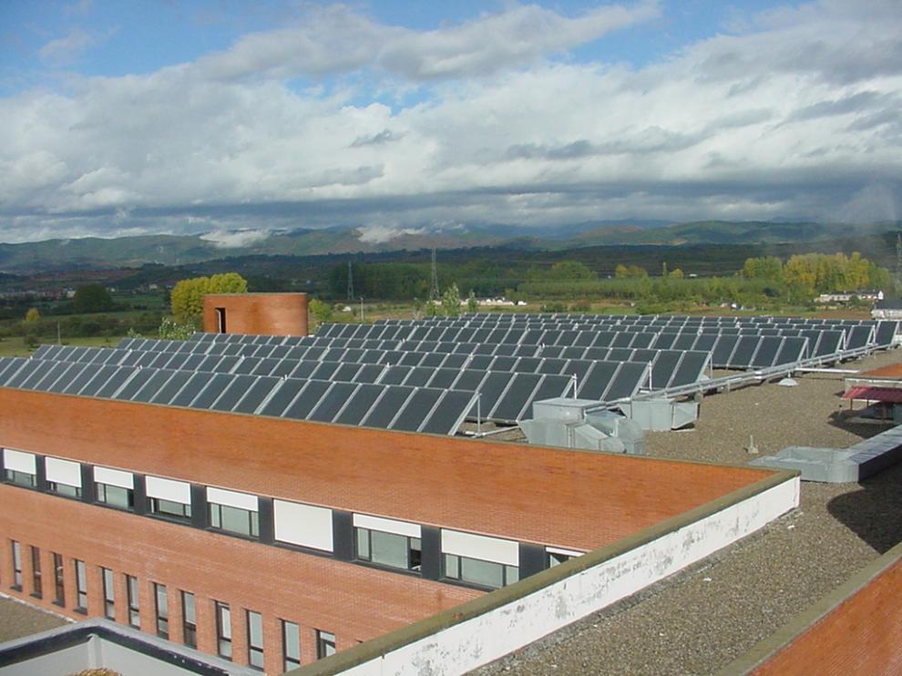 Paneles solares térmicos instalados en un hospital público de Castilla y León.