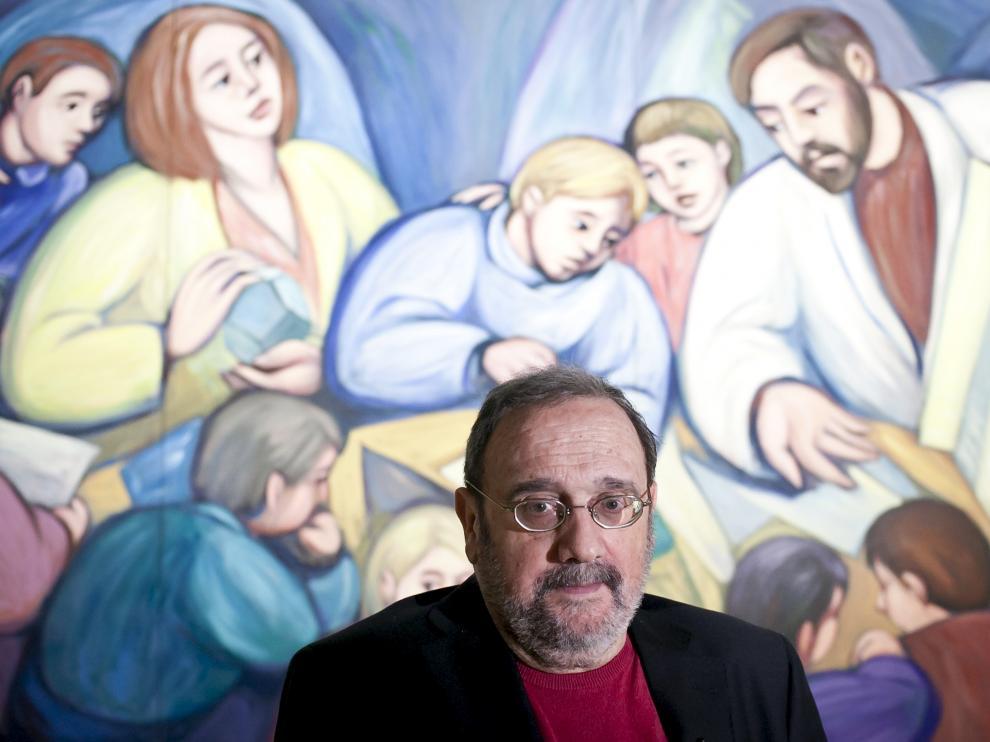 Ángel Aransay, ante una de sus obras, en 2012 en La Lonja.