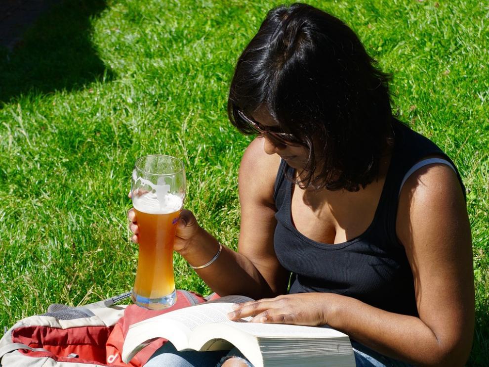 El estudio revela que las mujeres tienes más probabilidades de desarrollar un tumor con un consumo diario de 15 gramos de alcohol al día.