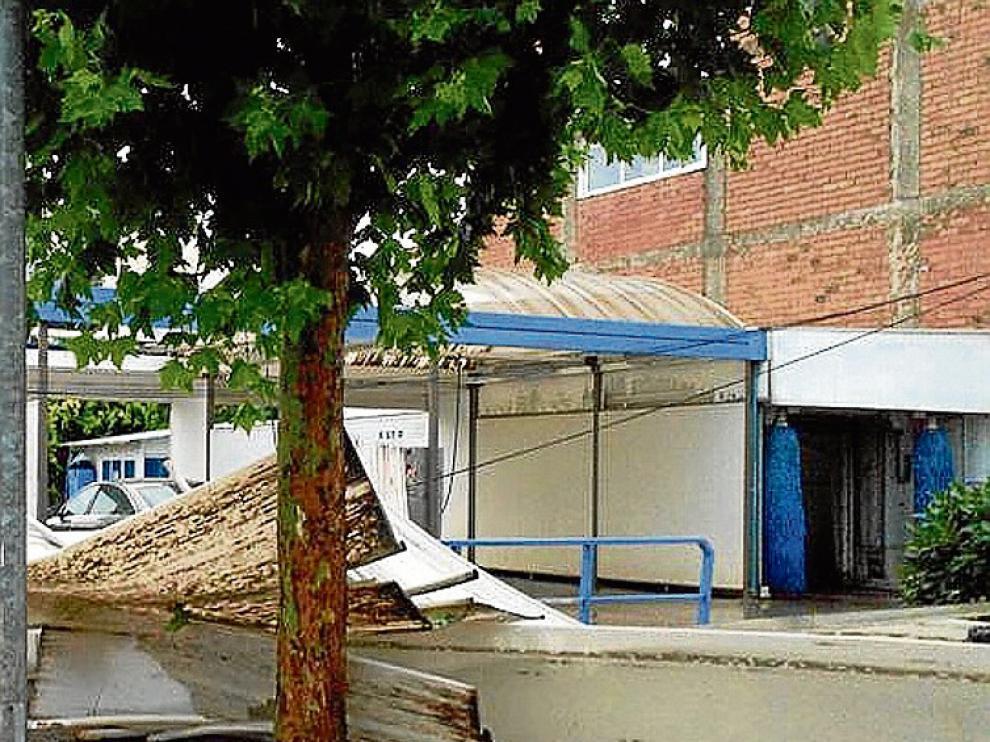 Destrozos provocados por el viento, ayer, en Binéfar.