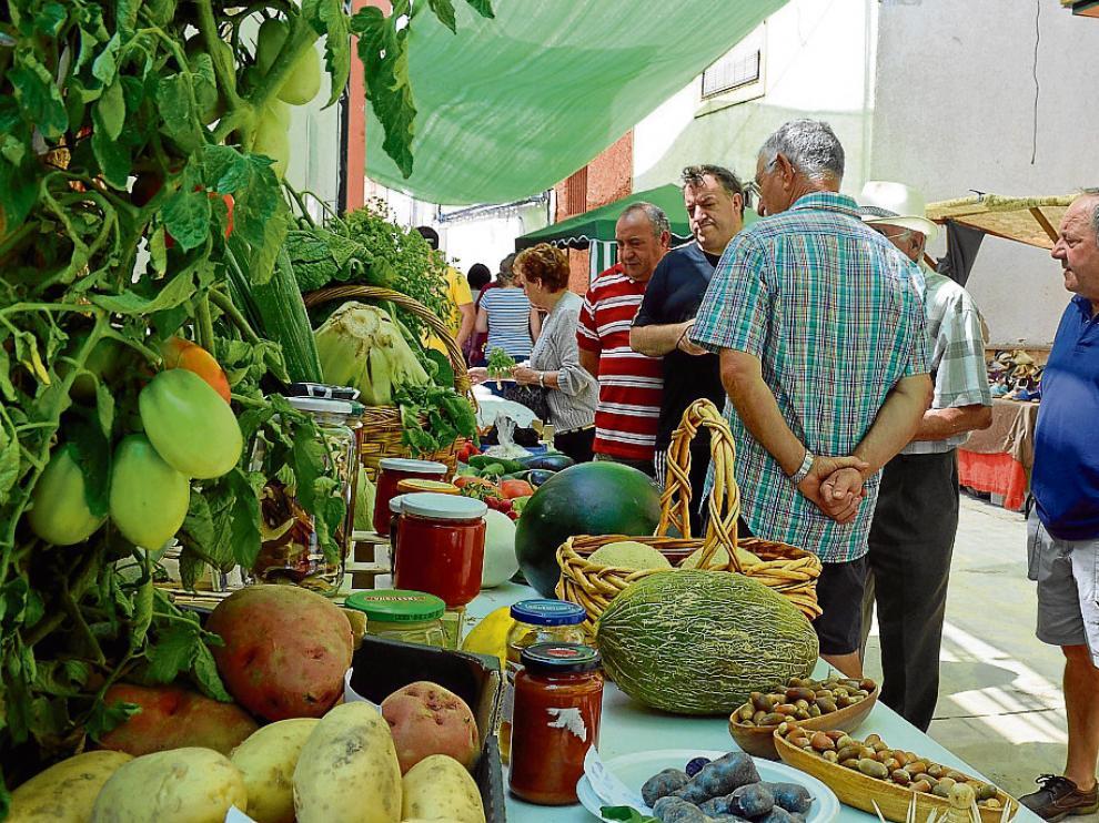 Uno de los puestos con productos de la tierra que ayer se desplegaron en la feria de Vera de Moncayo.