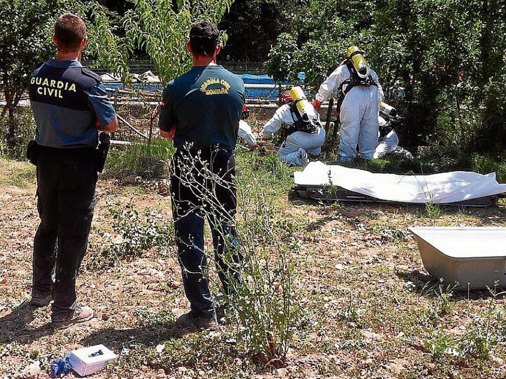 El estado de descomposición del cuerpo obligó a los bomberos a usar bombonas de oxígeno.