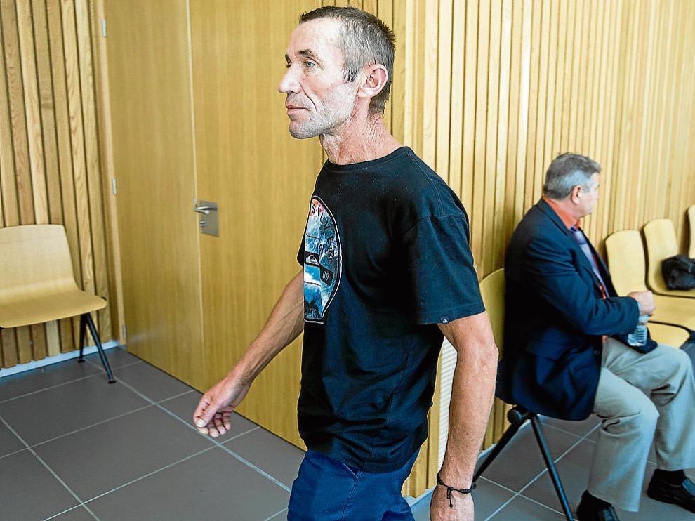 El presunto agresor, de pie, junto al amigo al que la Fiscalía acusa de un delito de amenazas.