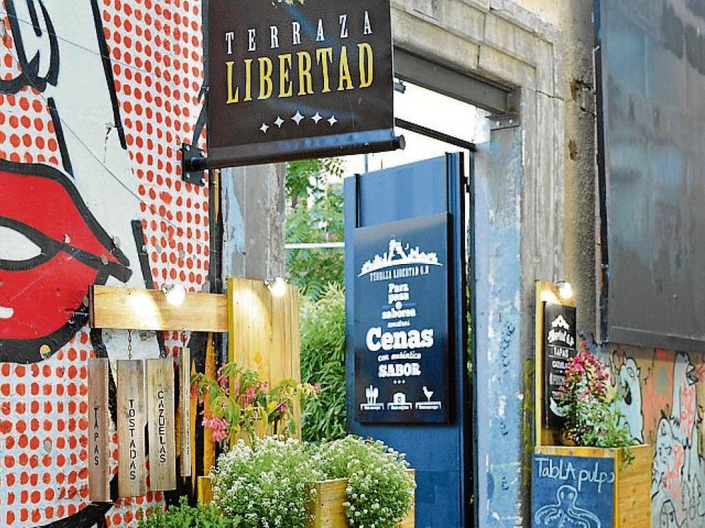 Hay espacios cubiertos en la zona de restaurante, y otros más abiertos pensados para disfrutar de la primera copa.