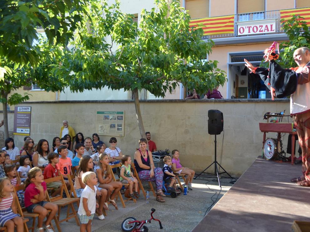 Niños y mayores disfrutaron ayer en Peraltilla con la actuación de los Titiriteros de Binéfar.