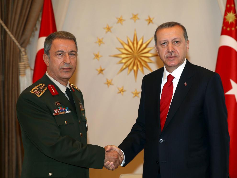 El primer ministro, Ahmet Davutoglu, devolvió a Erdogan el mandato ante el fracaso de las negociaciones con la oposición.