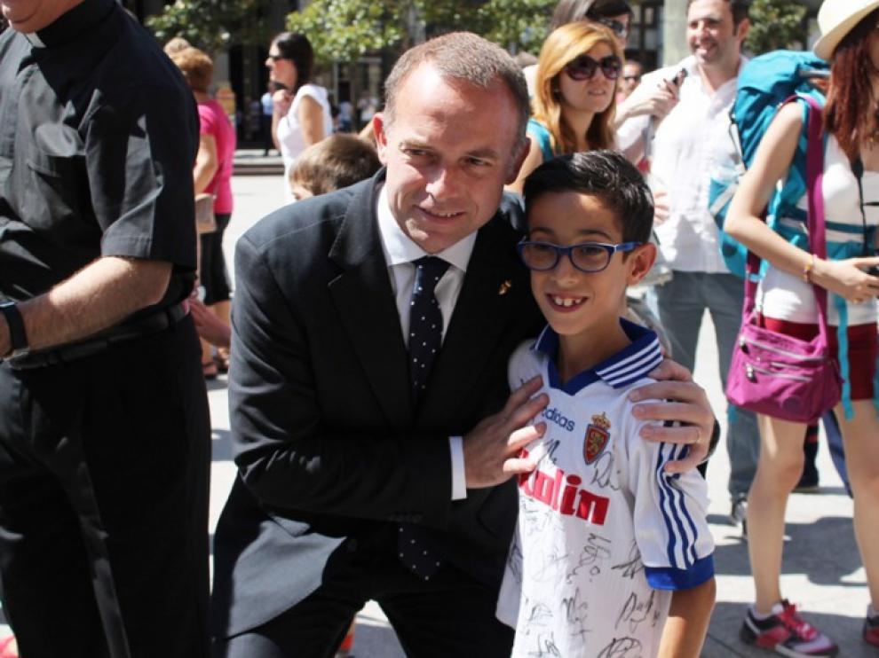 El presidente del Real Zaragoza posa con un joven aficionado