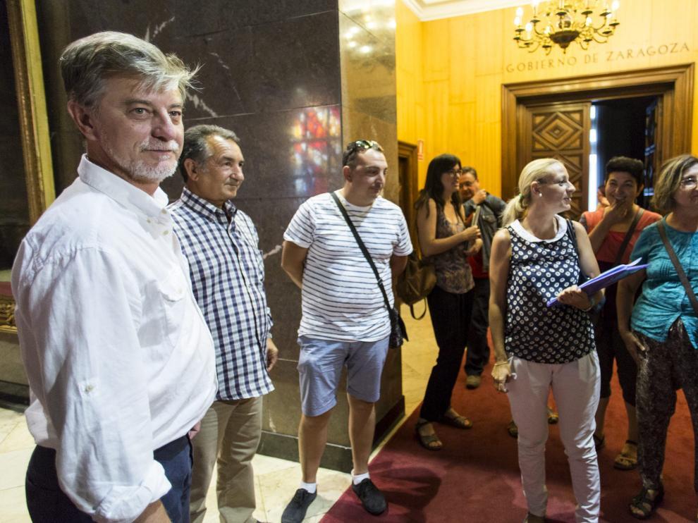 El alcalde de Zaragoza, el alcalde, Pedro Santisteve, se ha reunido con los vecinos del barrio Oliver para  elaborar una estrategia conjunta con la que resolver las situaciones de violencia.