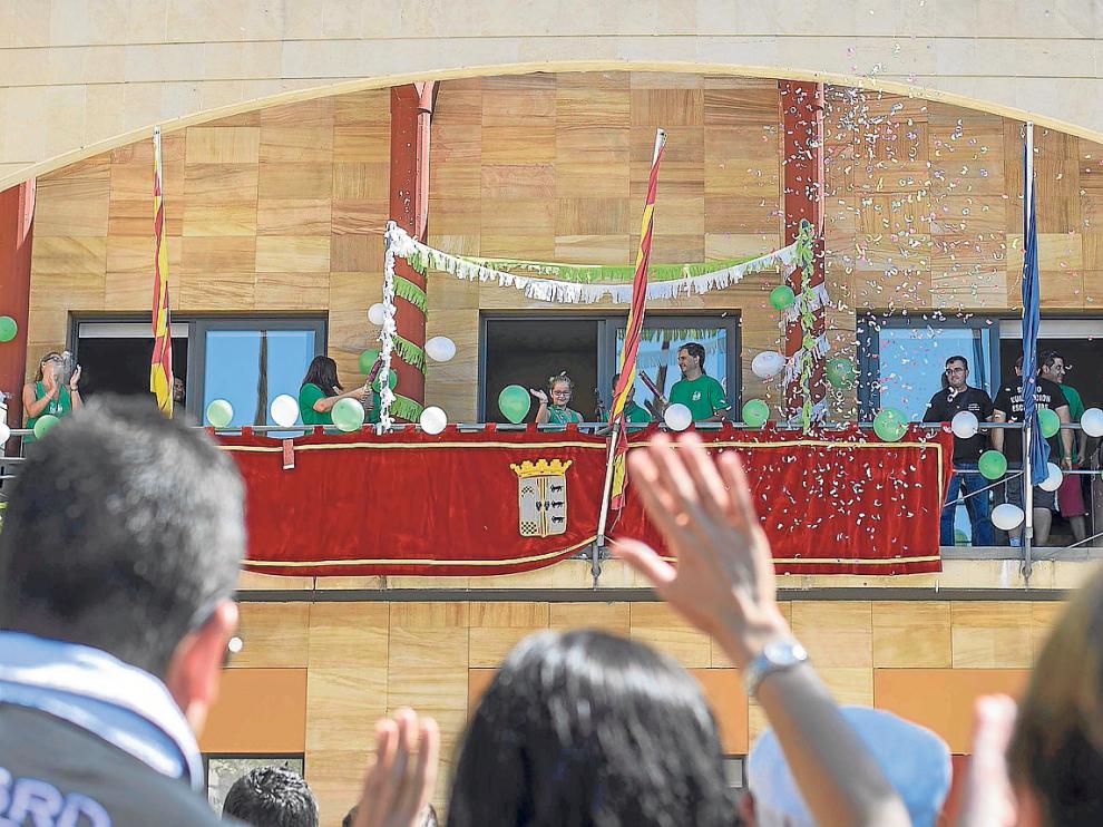 Los 'alcaldicos' saludaron desde el balcón consistorial justo después de leer el pregón.