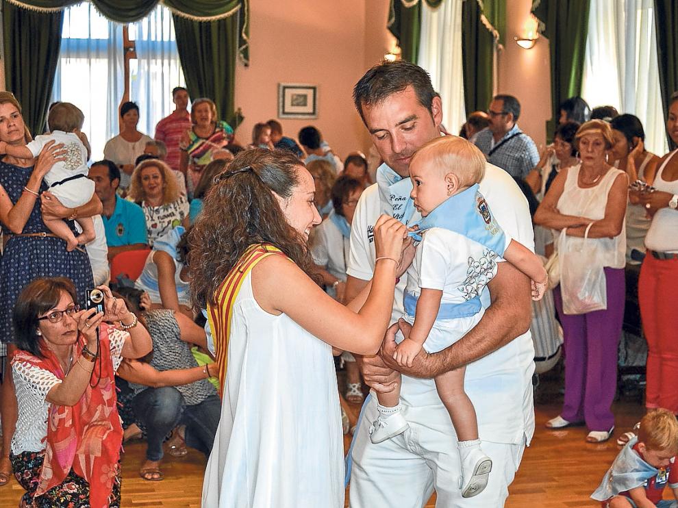 Los más jóvenes de Sádaba recibieron ayer el pañuelo bordado con el escudo del municipio.