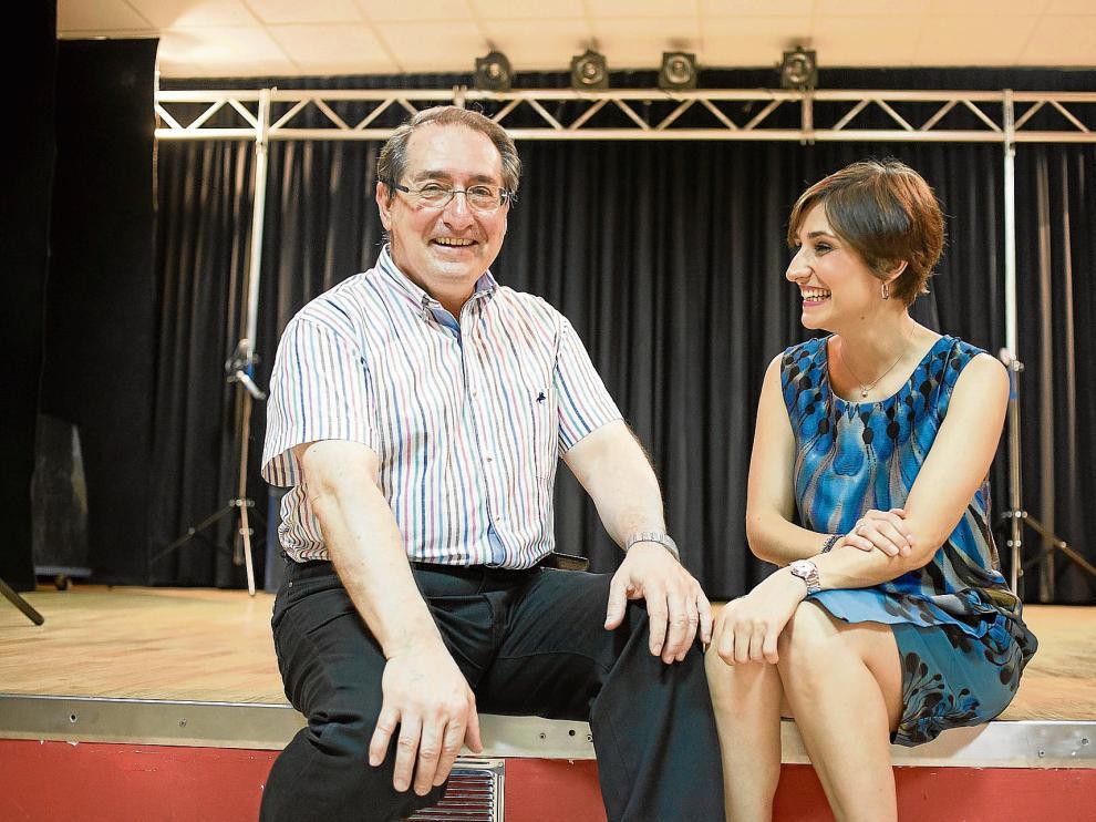 Javier Antón y su hija Ana, en el escenario particular en el que el mago aragonés ensaya sus números. Se acaban de cumplir 30 años de su victoria en el Mundial.