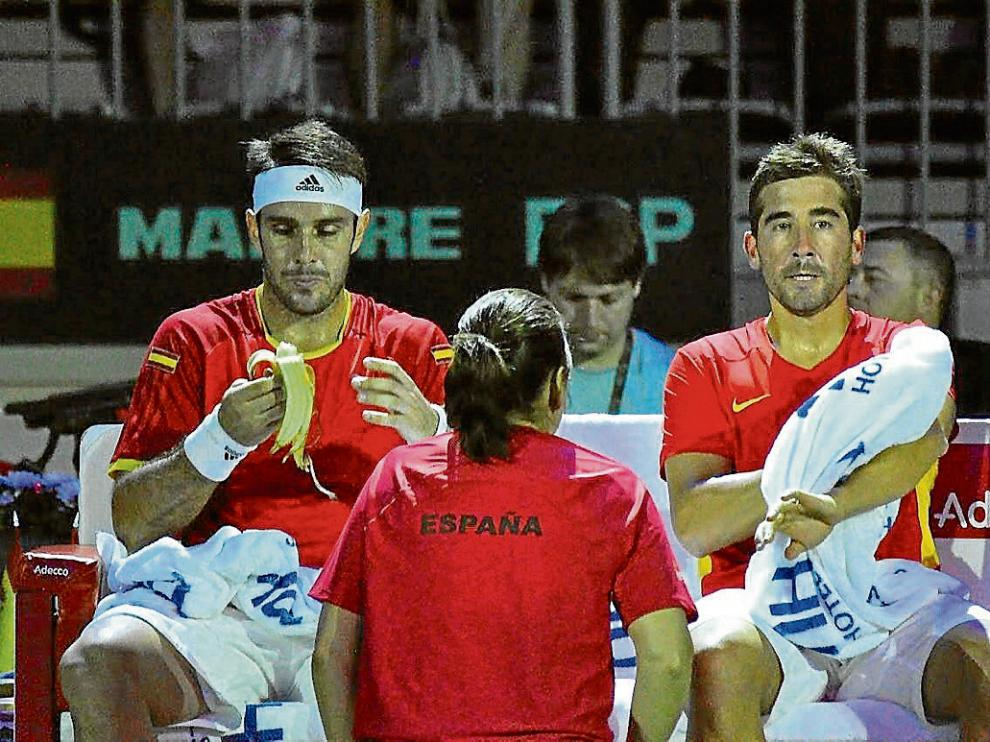 Conchita da instrucciones a David Marrero (i) y Marc López (d) durante el partido de ayer.