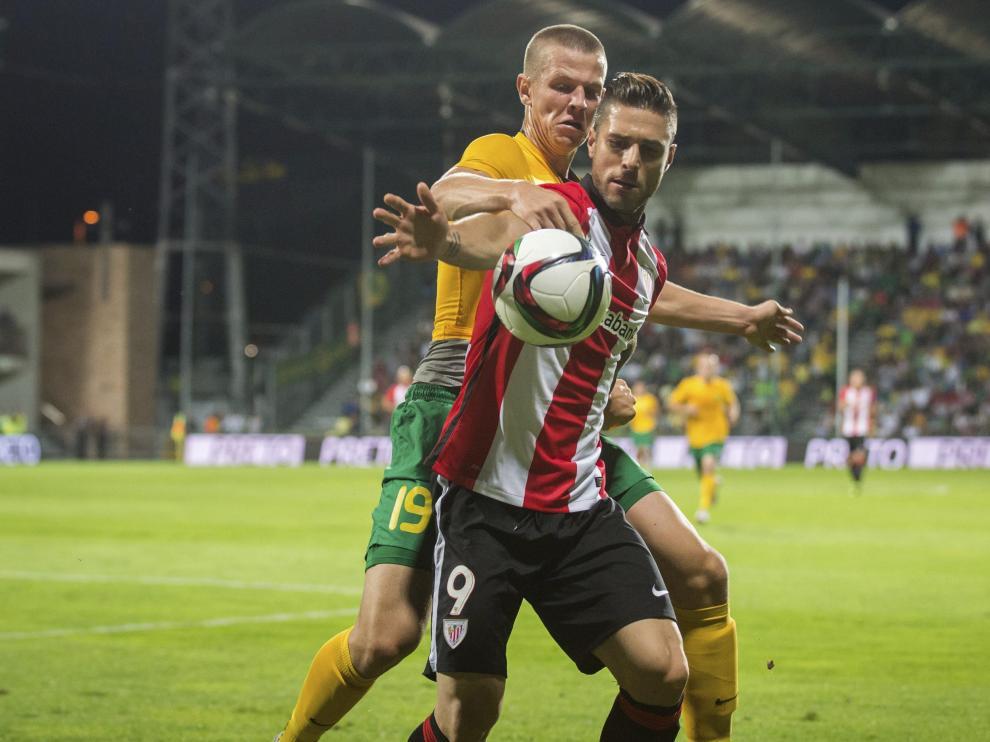 El jugador del Athletic Club de Bilbao, Kike Sola (dcha), pelea por el control del balón.