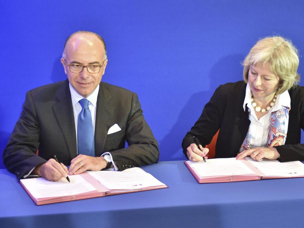 El ministro del Interior galo, Bernard Cazeneuve, y su homóloga británica, Theresa May.