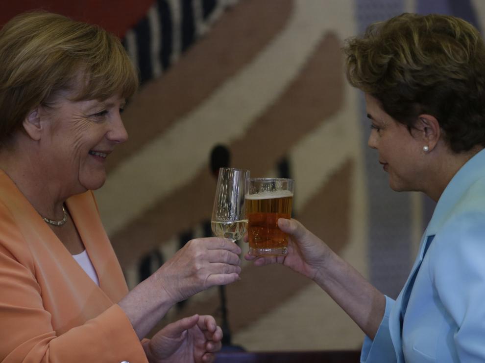 Brindis entre Dilma Rousseff y Ángela Merkel.