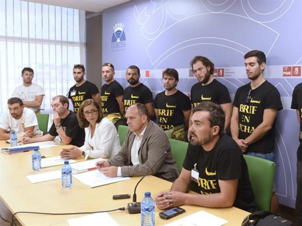 El portavoz adjunto de Medio Ambiente del Grupo Parlamentario Socialista en las Cortes de Castilla y León, José Luis Aceves (2d abajo), y la procuradora Ana Muñoz de la Peña (3d abajo), junto a los miembros de las Brigadas de Refuerzo.