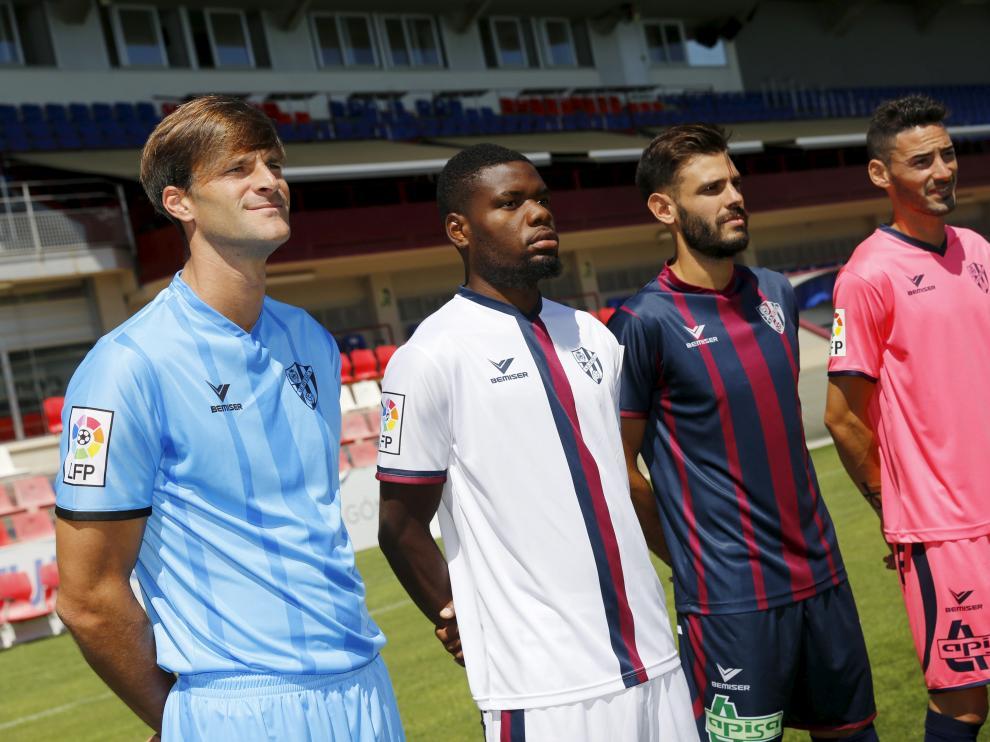 Leo Franco, Bambock, Tyronne y Héctor Figueroa posan con las equipaciones nuevas