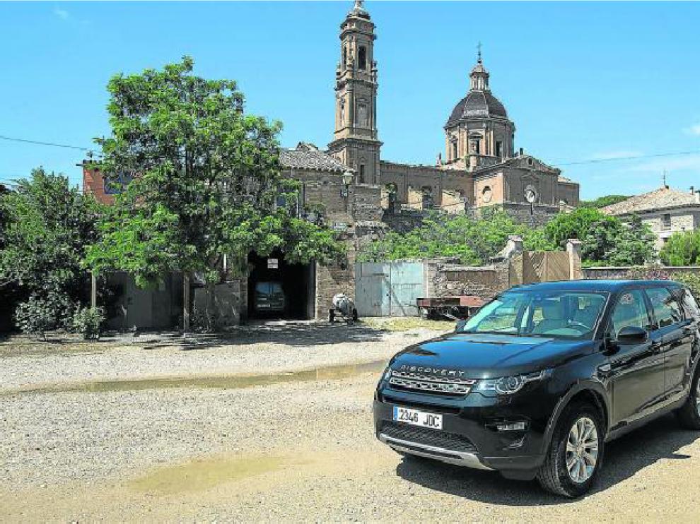 El nuevo Discovery Sport, ante el santuario de Santa Fe, en Zaragoza.