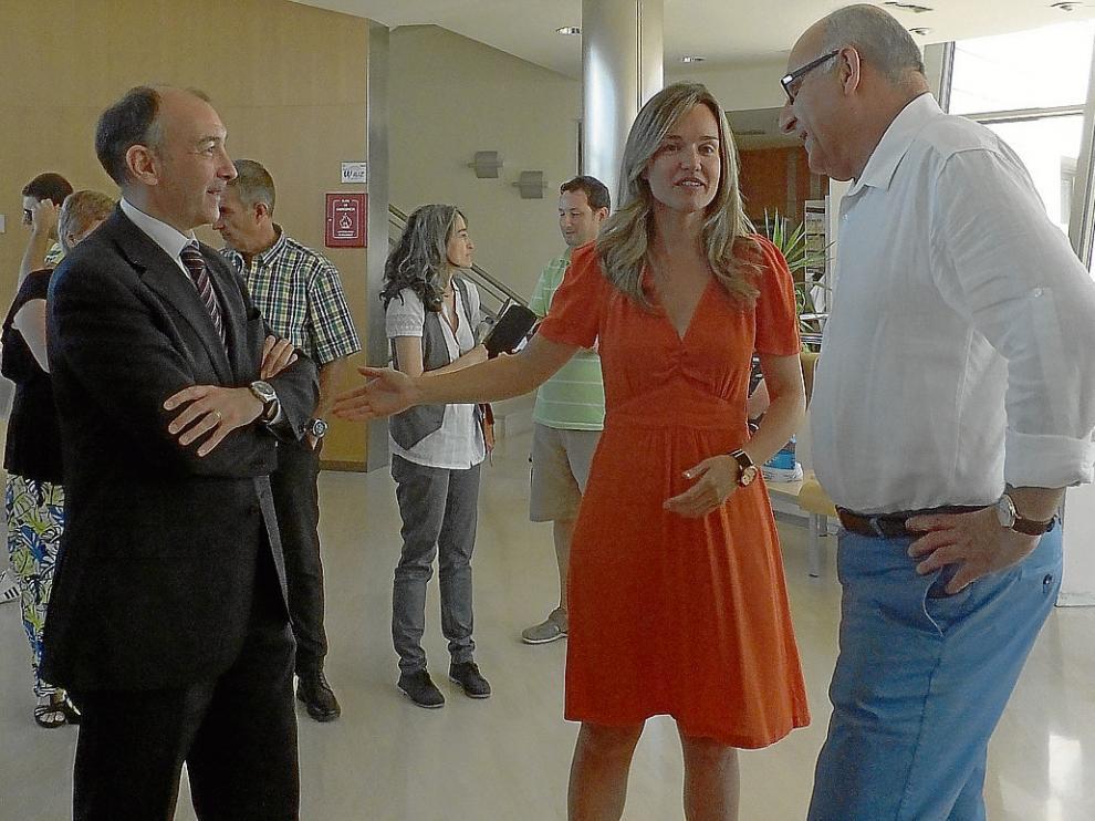 Pilar Alegría con Fernando Beltrán, a izquierda, y el director de la UVT, José Miguel Latorre.