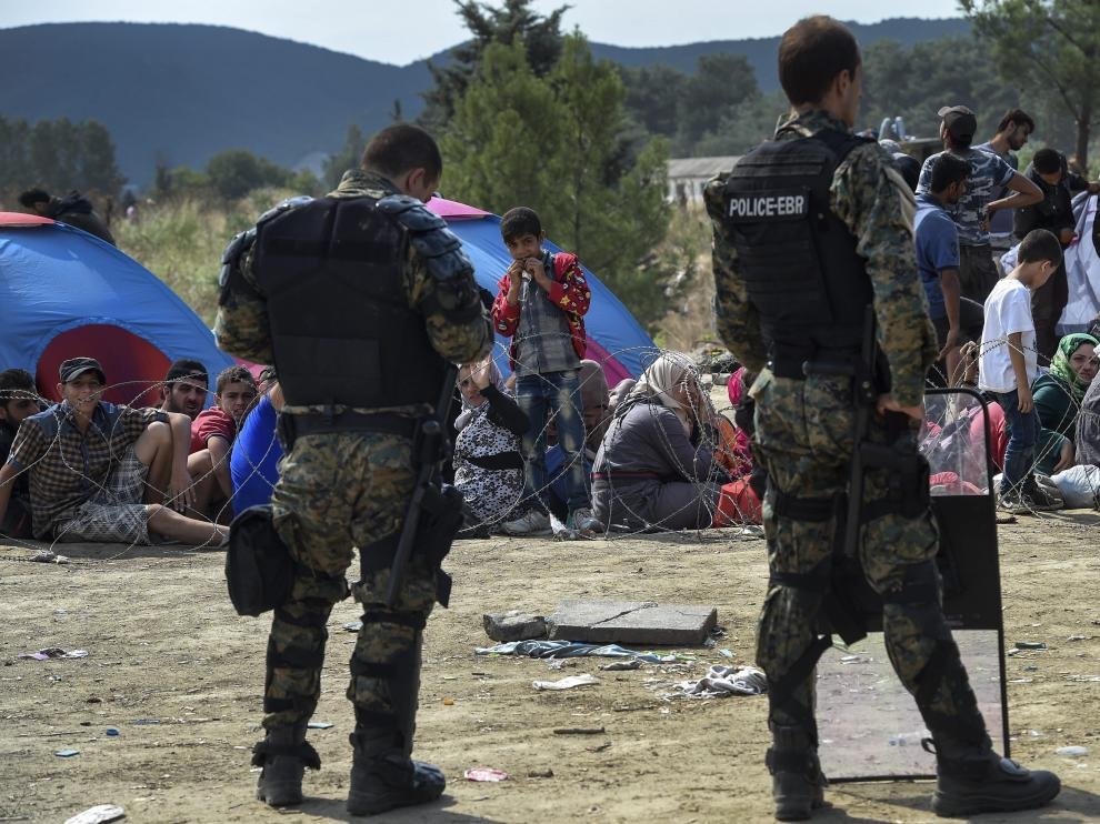 La policías hacen guardia en la frontera entre Macedonia y Grecia.