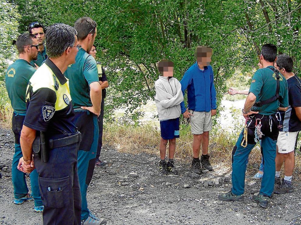 Guardias y policías con los dos menores, tras ser rescatados sanos y salvos.