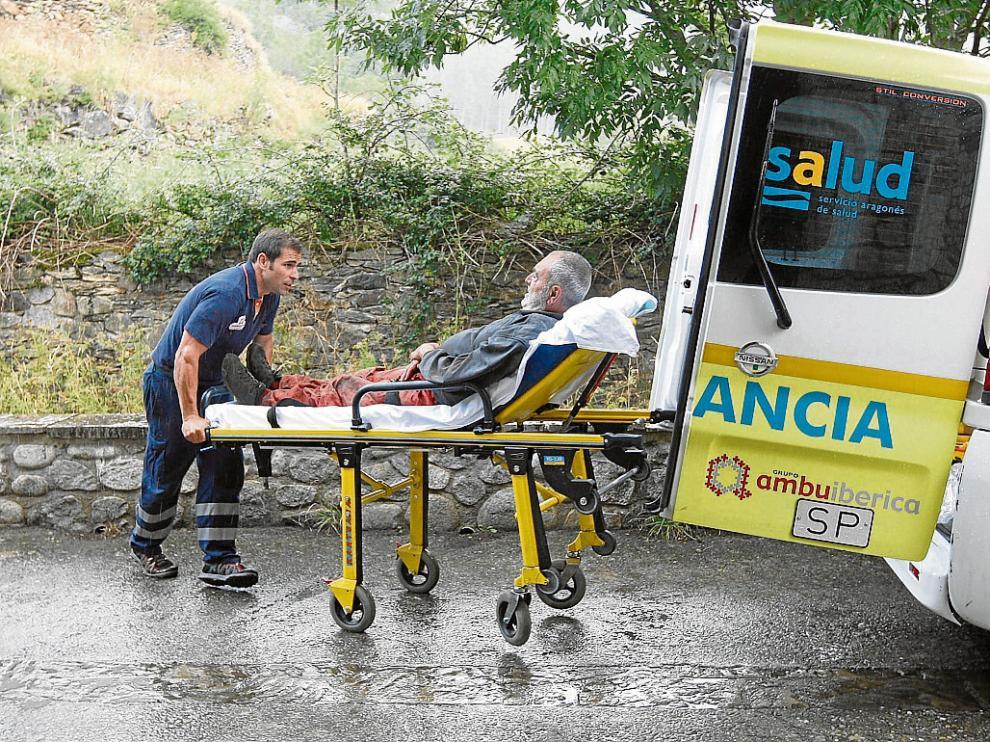 Javier Giménez, rescatado junto a sus nietos el pasado martes, fue trasladado al ambulatorio.