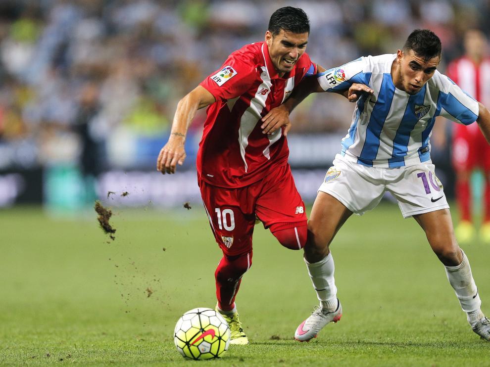 Reyes  lucha el balón ante Ricardo Horta durante el partido de la primera jornada de la LigaBBVA.