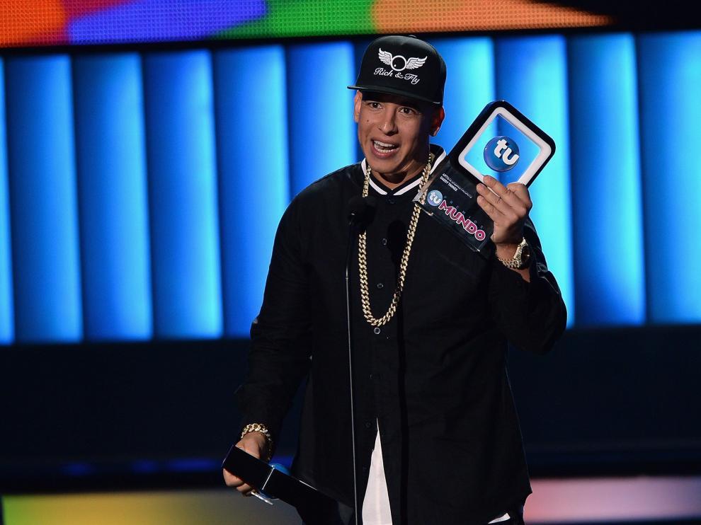 Daddy Yankee recibiendo el premio al mejor músico urbano.