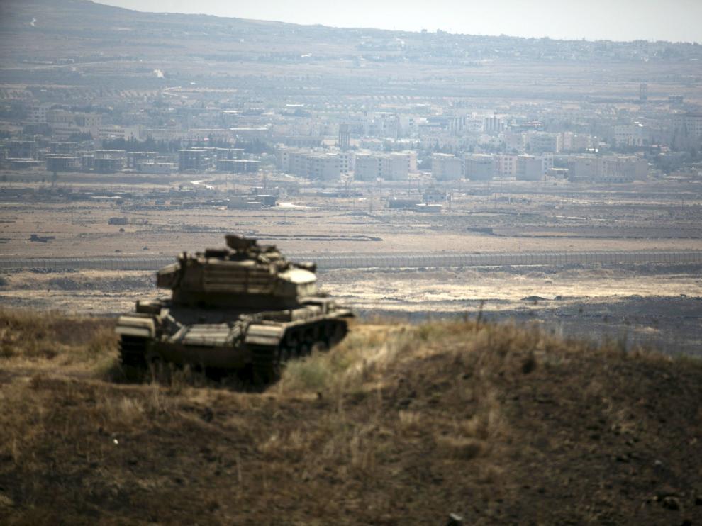 Un tanque israelí frente a territorio sirio