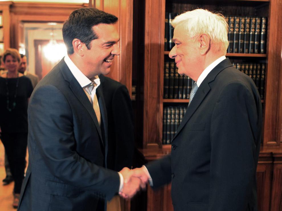 El primer ministro griego, Alexis Tsipras (i), estrecha la mano del presidente griego, Prokopis Pavlopoulos
