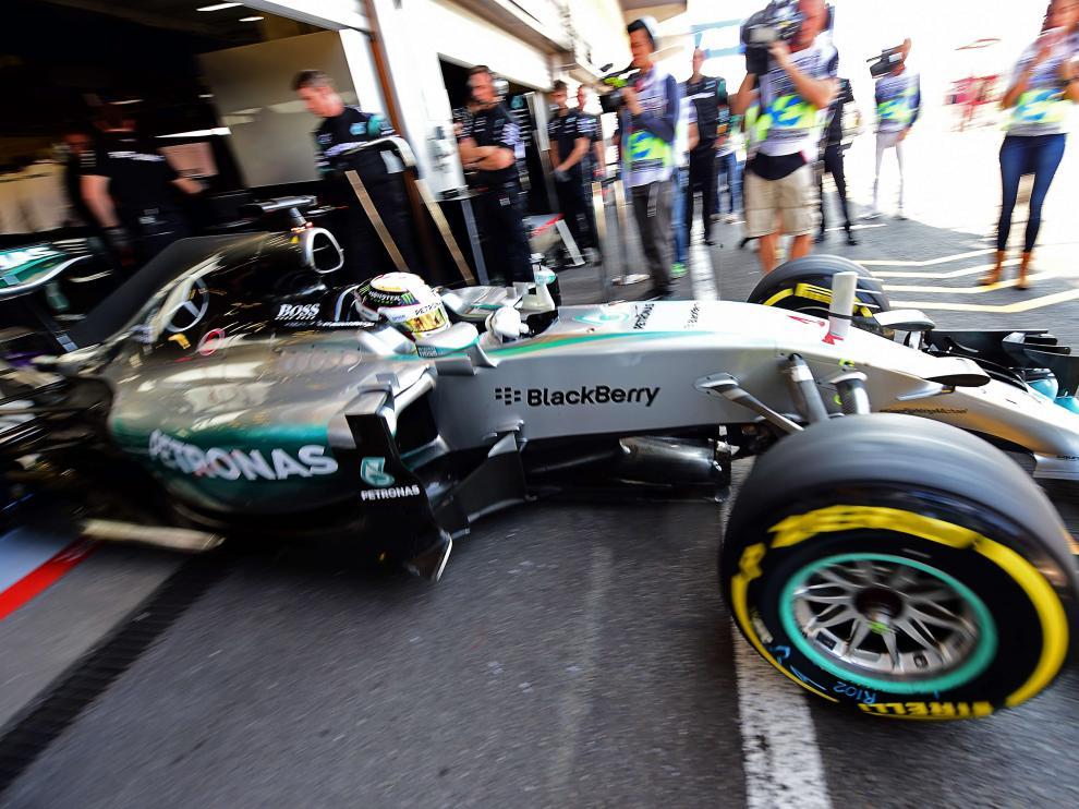 Hamilton sale del 'box' de su equipo