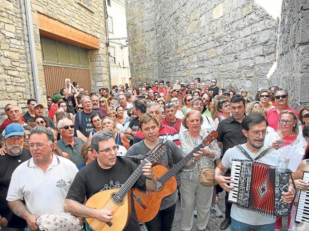 Decenas de personas acompañaron al grupo en la tradicional Ronda por el casco antiguo de Boltaña.