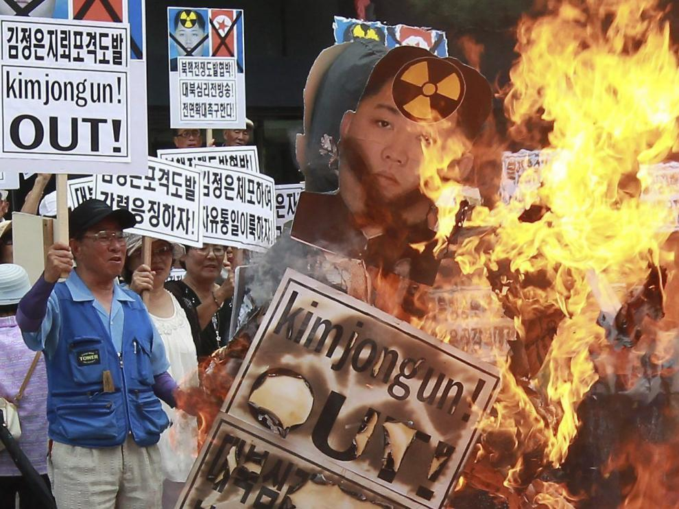 Activistas surcoreanos queman fotos del líder norcoreano Kim Jong-Un en Seúl.
