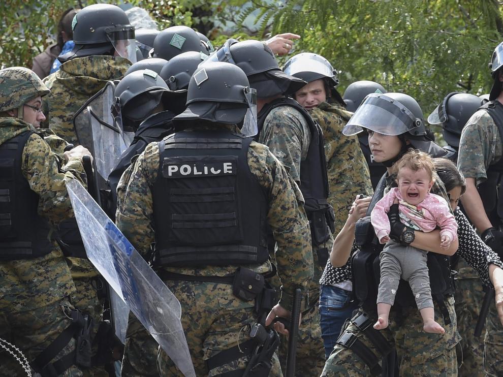 Los refugiados rompen el cordón de seguridad